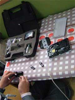 回線終端装置への光ファイバーケーブル接続作業