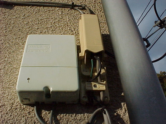 画像 左:LPガス検針装置 右:6号形1回線加入者保安器